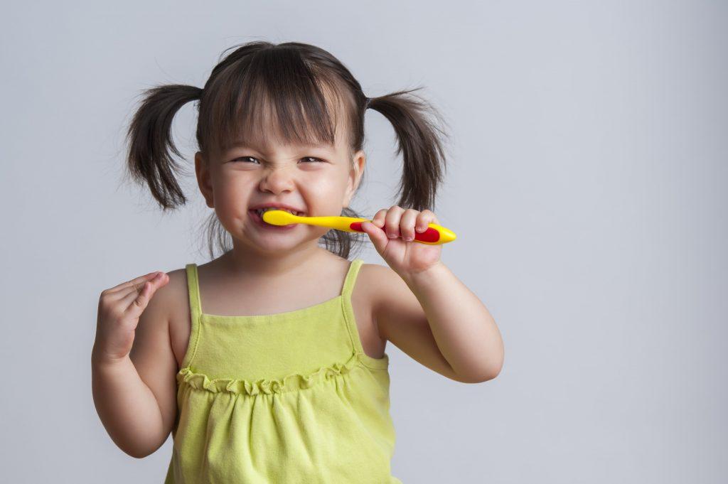 vệ sinh răng miệng cho bé 1 tuổi bằng bàn chải mềm